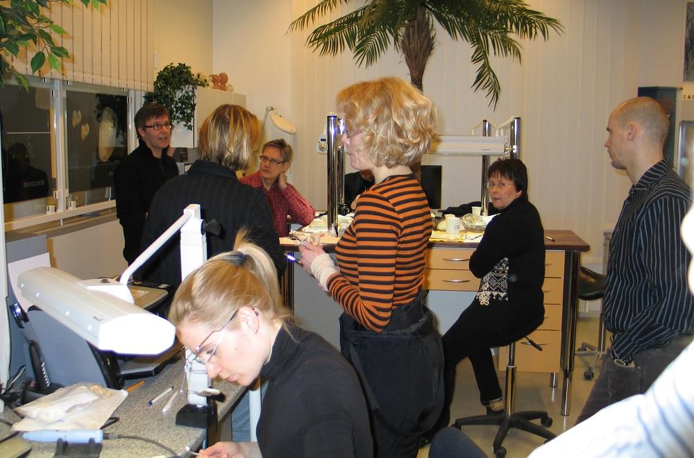 Hammasteknikkomestari Seppo Kärkkäinen järjestää työkursseja hammasteknikoille